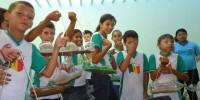 Alunos aprendem a fazer jardineiras com pets recicladas 6 - Escola Anete Rolim - Petrolina-PE (18-10-2012)