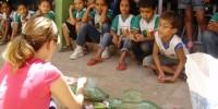 Alunos aprendem a fazer jardineiras com pets recicladas - Escola Anesio Leao - Petrolina-PE (17-10-2012)