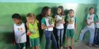 alunos da Escola 21 de Setembro (Petrolina-PE) exibem orgulhosos a plantinha que estao cultivando (18-10-2012)