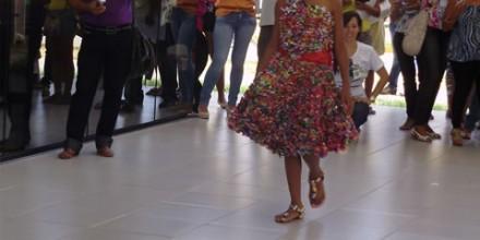 DesfiledeRoupadePapeldeBalinha-Aberturado1WorkshopdeEducacaoAmbiental-Resp.ProfaReginaLucia(07-12-2012)